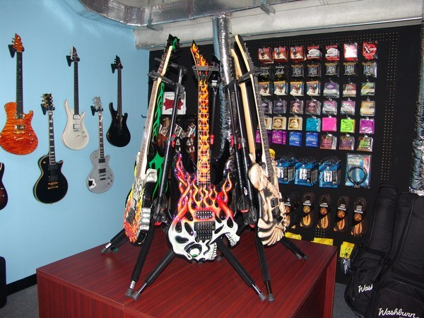 ESP-Guitars-Table-of-Death.jpg (600x450 -- 94354 bytes)